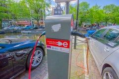 Amsterdam, Países Bajos - 10 de julio de 2015: Estación de carga para los coches eléctricos situados en centro de ciudad Foto de archivo libre de regalías