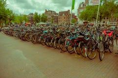 Amsterdam, Países Bajos - 10 de julio de 2015: Estacionamiento enorme de la bicicleta en el centro de ciudad, probando que los ho Foto de archivo libre de regalías