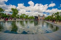 Amsterdam, Países Bajos - 10 de julio de 2015: Fuente de agua grande situada delante del Museo Nacional en un hermoso Imagenes de archivo