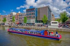 Amsterdam, Países Bajos - 10 de julio de 2015: Manzanas holandesas tradicionales con los edificios de ladrillo rojo encantadores  Fotos de archivo libres de regalías