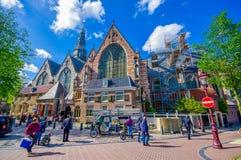 Amsterdam, Países Bajos - 10 de julio de 2015: Oude Kerk, iglesia famosa en centro cuty, fachada hermosa del vidrio y ladrillos Imágenes de archivo libres de regalías