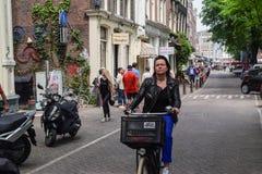 AMSTERDAM, PAÍSES BAJOS - 6 DE JUNIO DE 2016: El PE peatonal y desconocido Fotos de archivo libres de regalías