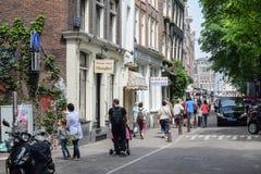 AMSTERDAM, PAÍSES BAJOS - 6 DE JUNIO DE 2016: El PE peatonal y desconocido Fotos de archivo