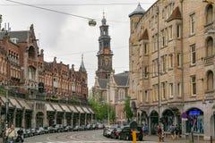 AMSTERDAM, PAÍSES BAJOS - 25 DE JUNIO DE 2017: Vista de la iglesia protestante holandesa reformada Westerkerk de la calle de Raad imagenes de archivo