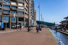 AMSTERDAM, PAÍSES BAJOS - 20 de marzo de 2018: Opinión de la calle en Amsterdam cerca de la biblioteca de la ciudad Imagen de archivo