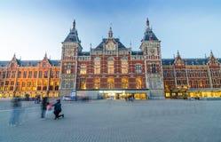 Amsterdam, Países Bajos - 8 de mayo de 2015: Pasajero en la estación de tren central de Amsterdam Fotografía de archivo libre de regalías