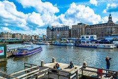 Amsterdam, Países Bajos - 28 de mayo de 2015: terraplén del canal en Amsterdam con los barcos turísticos en un día soleado Fotos de archivo