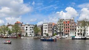 Amsterdam, Países Bajos, Europa - 27 de julio de 2017 Casas pintorescas en el centro de ciudad Fotos de archivo libres de regalías