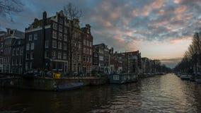 Amsterdam, Países Bajos - lapso de tiempo de la puesta del sol en un canal