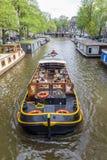 Amsterdam, Paesi Bassi - 13 agosto 2017: barca di crociera del canale che passa le case galleggianti a Amsterdam Fotografie Stock