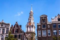 AMSTERDAM, PAESI BASSI - 6 AGOSTO 2016: Costruzioni famose del primo piano del centro urbano di Amsterdam Vista generale del paes Immagine Stock Libera da Diritti