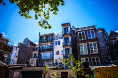 AMSTERDAM, PAESI BASSI - 15 AGOSTO 2016: Costruzioni famose del primo piano del centro urbano di Amsterdam Vista generale della c Immagini Stock Libere da Diritti