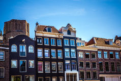 AMSTERDAM, PAESI BASSI - 15 AGOSTO 2016: Costruzioni famose del primo piano del centro urbano di Amsterdam Vista generale della c Fotografie Stock Libere da Diritti