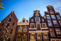 AMSTERDAM, PAESI BASSI - 15 AGOSTO 2016: Costruzioni famose del primo piano del centro urbano di Amsterdam Vista generale della c Fotografia Stock Libera da Diritti