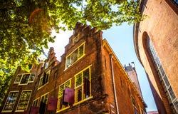 AMSTERDAM, PAESI BASSI - 15 AGOSTO 2016: Costruzioni famose del primo piano del centro urbano di Amsterdam Vista generale della c Immagine Stock