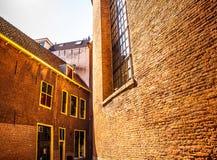 AMSTERDAM, PAESI BASSI - 15 AGOSTO 2016: Costruzioni famose del primo piano del centro urbano di Amsterdam Vista generale della c Immagini Stock