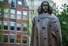 AMSTERDAM, PAESI BASSI - 22 AGOSTO: Scultura della città da bronzo di Spinoza il 22 agosto 2015 a Amsterdam Fotografia Stock