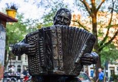 AMSTERDAM, PAESI BASSI - 22 AGOSTO: Scultura famosa della città da bronzo il 22 agosto 2015 a Amsterdam Fotografia Stock