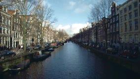 AMSTERDAM, PAESI BASSI - 26 DICEMBRE 2017 Canale ed argini della città un giorno di inverno soleggiato archivi video