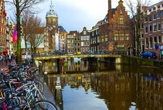 Amsterdam, Paesi Bassi - 14 dicembre 2017: I canali e gli argini più famosi della città di Amsterdam Immagini Stock