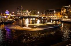AMSTERDAM, PAESI BASSI - 17 GENNAIO 2016: Barca del ruise del ¡ di Ð in canali di notte di Amsterdam il 17 gennaio 2016 Fotografie Stock Libere da Diritti