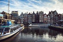 AMSTERDAM, PAESI BASSI - 30 GENNAIO 2015: Belle viste delle vie, costruzioni antiche, barca, argini di Amsterdam - anche Ca Fotografia Stock Libera da Diritti