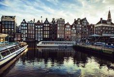 AMSTERDAM, PAESI BASSI - 30 GENNAIO 2015: Belle viste delle vie, costruzioni antiche, barca, argini di Amsterdam - anche Ca Fotografie Stock Libere da Diritti