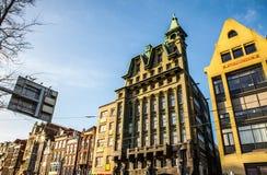 AMSTERDAM, PAESI BASSI - 30 GENNAIO 2015: Belle viste delle vie, costruzioni antiche, barca, argini di Amsterdam - anche Ca Fotografie Stock