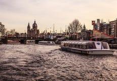 AMSTERDAM, PAESI BASSI - 30 GENNAIO 2015: Belle viste delle vie, costruzioni antiche, barca, argini di Amsterdam - anche Ca Immagine Stock Libera da Diritti