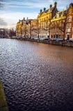 AMSTERDAM, PAESI BASSI - 15 GENNAIO 2016: Costruzioni famose del primo piano del centro urbano di Amsterdam a tempo stabilito del Fotografia Stock