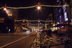 AMSTERDAM, PAESI BASSI - 20 GENNAIO 2016: Vie di notte di Amsterdam con le siluette vaghe dei passanti il 20 gennaio 2016 dentro Immagine Stock