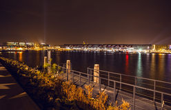AMSTERDAM, PAESI BASSI - 20 GENNAIO 2016: Viste della città di Amsterdam alla notte Le viste generali della città abbelliscono il Fotografia Stock