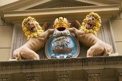 AMSTERDAM, PAESI BASSI - 25 GIUGNO 2017: Composizione scultorea sotto forma di stemma con i leoni immagini stock