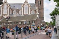 AMSTERDAM, PAESI BASSI - 25 GIUGNO 2017: Folla umana vicina della chiesa protestante olandese riformata Westerkerk fotografia stock libera da diritti
