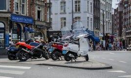 Amsterdam, Paesi Bassi - 19 luglio 2014: Motorini parcheggiati a Amsterdam Fotografie Stock Libere da Diritti