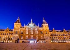 Amsterdam, Paesi Bassi - 10 luglio 2015: Stazione centrale come visto dalla plaza esterna, bello europeo tradizionale Fotografie Stock