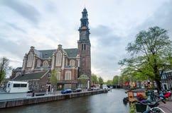 Amsterdam, Paesi Bassi - 6 maggio 2015: La gente a Westerkerk (chiesa occidentale) a Amsterdam immagine stock