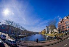 AMSTERDAM, PAESI BASSI, MARZO, 10 DEL 2018: Il punto di vista all'aperto della gente che cammina vicino ai canali di Amsterdam, è Fotografia Stock