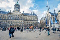 AMSTERDAM, PAESI BASSI, MARZO, 10 DEL 2018: Il punto di vista all'aperto della gente non identificata che cammina a Royal Palace  Fotografia Stock Libera da Diritti