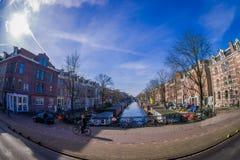 AMSTERDAM, PAESI BASSI, MARZO, 10 DEL 2018: Il punto di vista all'aperto splendido della gente che cammina vicino ai canali di Am Fotografia Stock