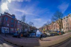 AMSTERDAM, PAESI BASSI, MARZO, 10 DEL 2018: Il punto di vista all'aperto splendido della gente che cammina vicino ai canali di Am Fotografia Stock Libera da Diritti