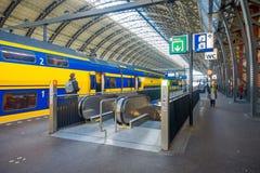 AMSTERDAM, PAESI BASSI, MARZO, 10 DEL 2018: Punto di vista interno della gente non identificata walkin vicino alla stazione ferro Immagini Stock