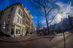 AMSTERDAM, PAESI BASSI, MARZO, 10 DEL 2018: Vista all'aperto delle automobili, della gente e dei ikes di b nella scena della via  Fotografia Stock
