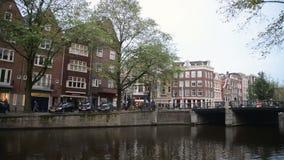 Amsterdam, Paesi Bassi 15 ottobre 2017 Canale di Amsterdam nei colori di caduta stock footage