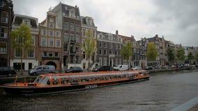 Amsterdam, Paesi Bassi 15 ottobre 2017 Canale di Amsterdam nei colori di caduta video d archivio