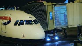 Amsterdam, Paesi Bassi, ottobre 2017: I passeggeri si imbarcano sull'aereo di linea nelle prime ore del mattino I piloti nella ca archivi video