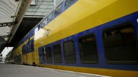 Amsterdam, Paesi Bassi 18 ottobre 2016 Treno giallo che lascia stazione ferroviaria