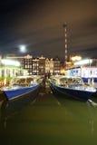 Amsterdam par nuit - les bateaux s'approchent de la rue de Damrac photo libre de droits