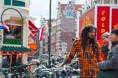 AMSTERDAM, PAÍSES BAJOS 27 DE ABRIL: Day de rey alrededor del barrio chino en abril 27,27 en Amsterdam Imagen de archivo