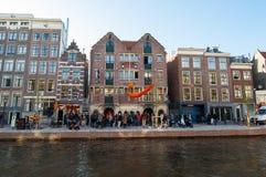 AMSTERDAM, PAÍSES BAJOS 27 DE ABRIL DE 2015: Coffeeshop y hotel famosos del dogo de Amsterdam en barrio chino el Day de rey Fotografía de archivo libre de regalías